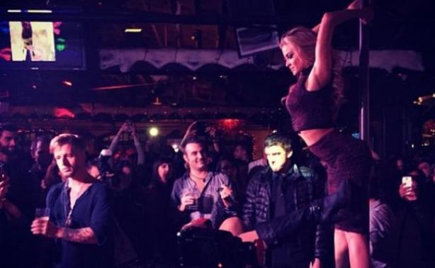 Carmen Electra: Άναψε φωτιές κάνοντας pole dancing!
