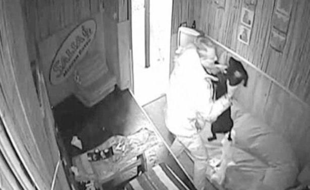 Σοκαριστικό βίντεο: Χτυπούσε ασταμάτητα με μανία το κουτάβι του (ΠΡΟΣΟΧΗ, ΣΚΛΗΡΕΣ ΕΙΚΟΝΕΣ!)
