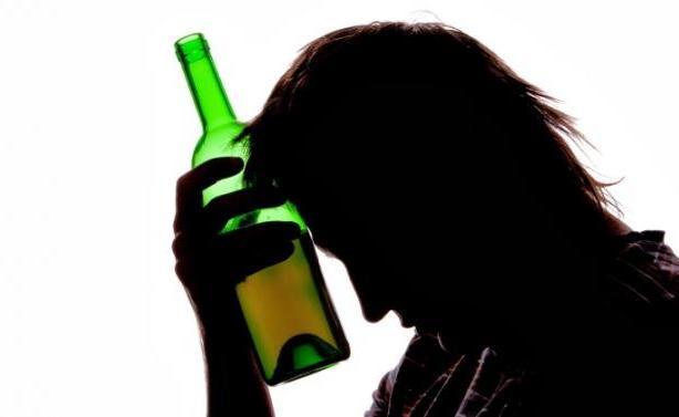 Έλληνας τραγουδιστής μιλάει για την εξάρτησή του από το αλκοόλ!
