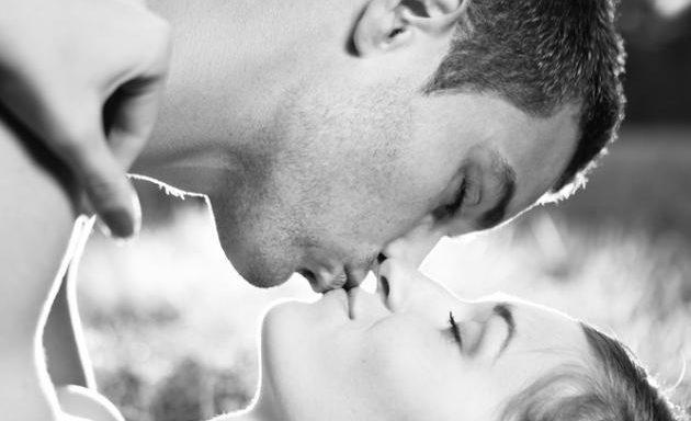 zp_24383_couple_lie_grass_kiss_h_633_451.jpg
