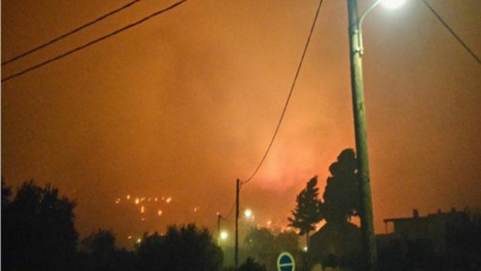 Καίγεται η Χίος – Κάηκαν δύο σπίτια – Εκκενώθηκαν χωριά