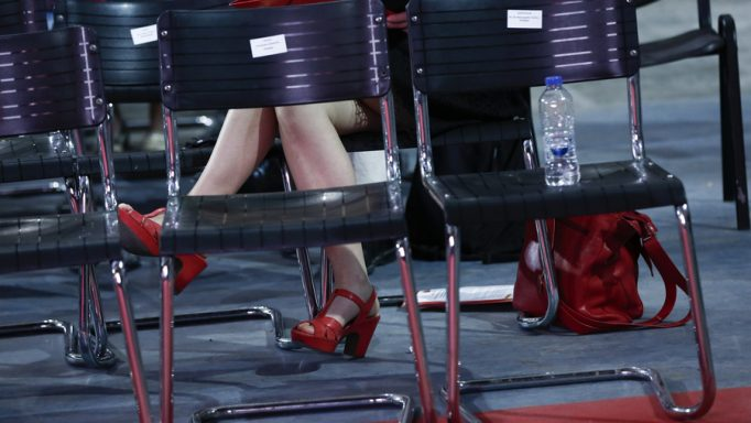 """Μια γυναίκα από ξένη αντιπροσωπεία παρευρίσκεται κατά τη διάρκεια της 3ης ημέρας του 2oυ Συνεδρίου του ΣΥΡΙΖΑ: """"Με την Αριστερά μπροστά για την Ελλάδα που μας αξίζει"""", στο κλειστό γυμναστήριο του Τae Kwon Do, Παλαιό Φάληρο, Σάββατο 15 Οκτωβρίου 2016.   ΑΠΕ-ΜΠΕ/ΑΠΕ-ΜΠΕ/ΓΙΑΝΝΗΣ ΚΟΛΕΣΙΔΗ"""